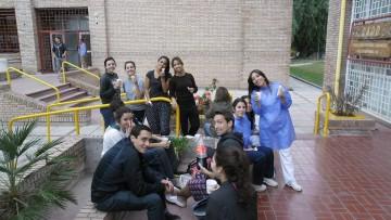 Estudiantes de Odontología pintan su casa.
